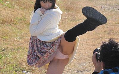 片足上げでスカートがら空きなパンチラ画像 ④