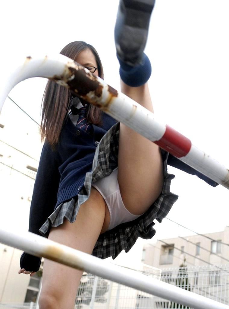 片足上げ スカート がら空き パンチラ エロ画像【3】