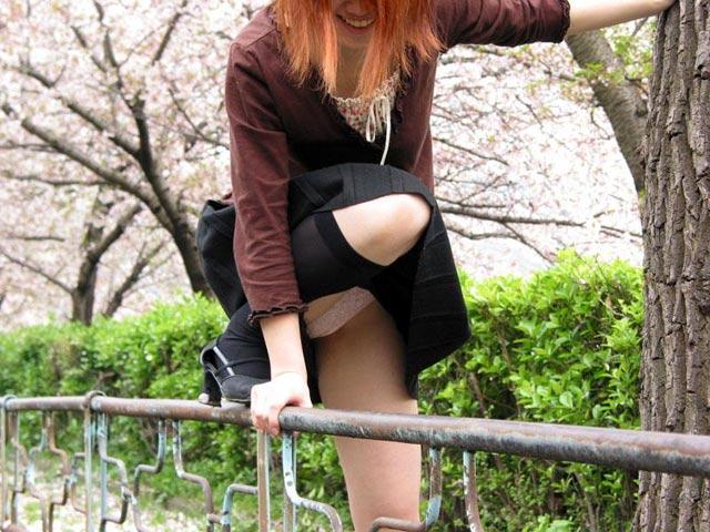片足上げ スカート がら空き パンチラ エロ画像【5】