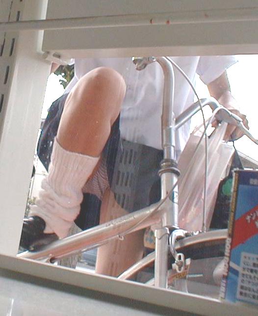 片足上げ スカート がら空き パンチラ エロ画像【6】