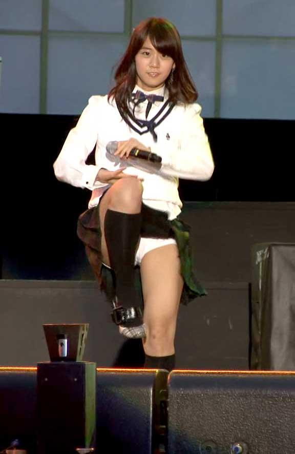 片足上げ スカート がら空き パンチラ エロ画像【7】