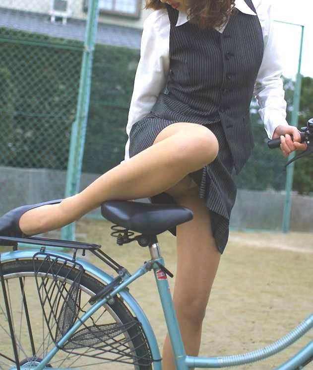 片足上げ スカート がら空き パンチラ エロ画像【13】