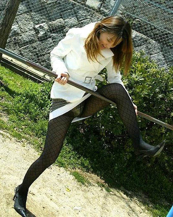 片足上げ スカート がら空き パンチラ エロ画像【14】