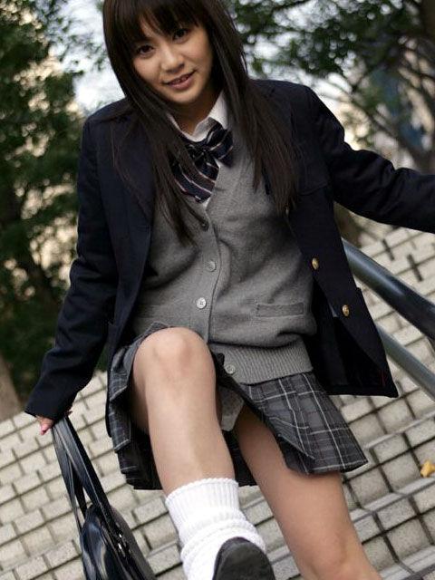 片足上げ スカート がら空き パンチラ エロ画像【24】