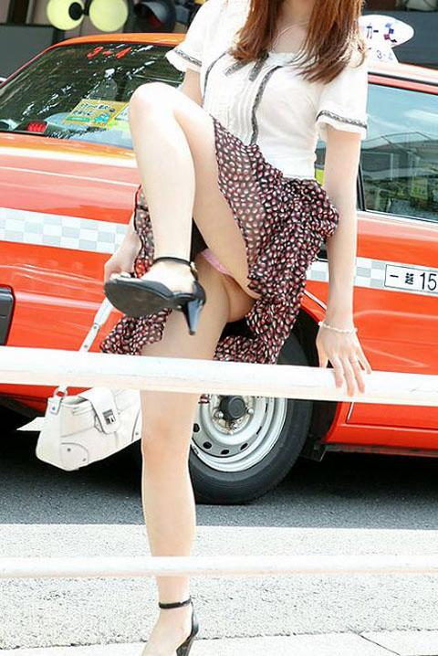 片足上げ スカート がら空き パンチラ エロ画像【30】