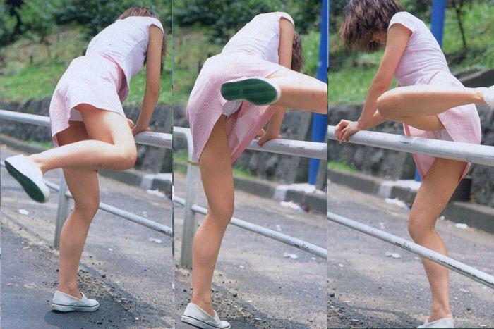 片足上げ スカート がら空き パンチラ エロ画像【32】