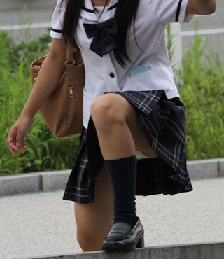 片足上げ スカート がら空き パンチラ エロ画像【35】