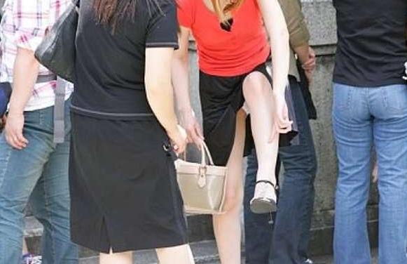 片足上げ スカート がら空き パンチラ エロ画像【36】