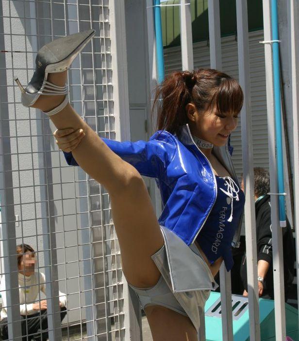 片足上げ スカート がら空き パンチラ エロ画像【38】