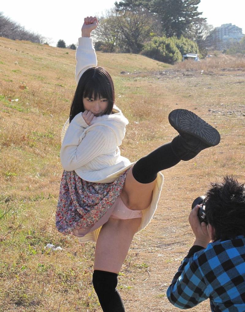 片足上げ スカート がら空き パンチラ エロ画像【41】