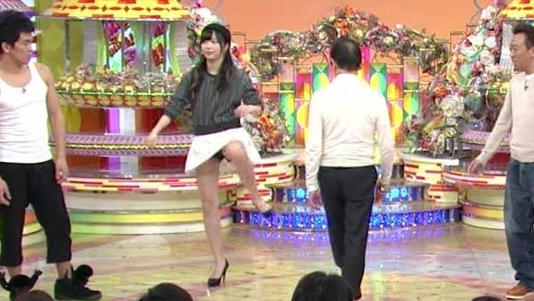 片足上げ スカート がら空き パンチラ エロ画像【42】
