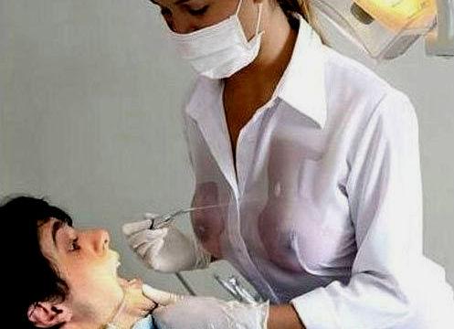 乳首が透ける白シャツノーブラ外国人のエロ画像