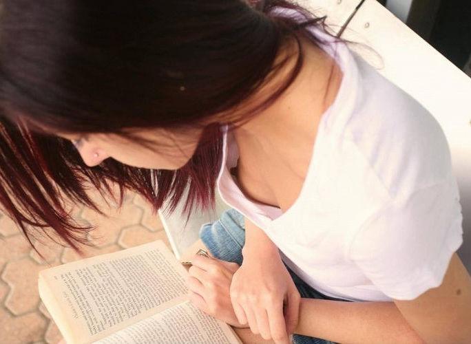雑誌・小説・参考書を読む読書美人のエロ画像