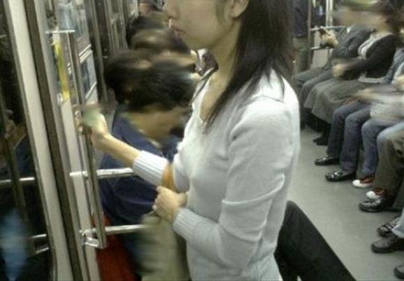 電車 ノーブラ 透け 乳首 エロ画像【3】