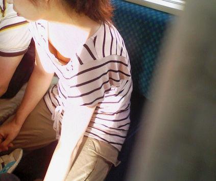 電車 ノーブラ 乳首 チラリ エロ画像【8】