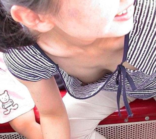 電車 ノーブラ 乳首 チラリ エロ画像【9】