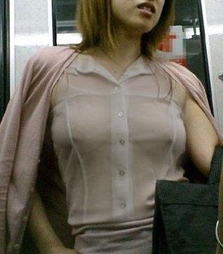 電車 ノーブラ 透け 乳首 エロ画像【10】