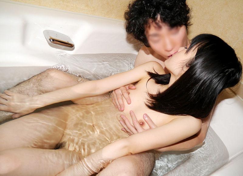お風呂でキスするアツアツラブラブベロチュー画像