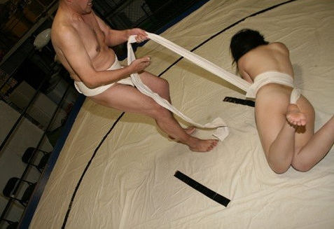 まわし姿の女相撲ではっけよいのこったのエロ画像