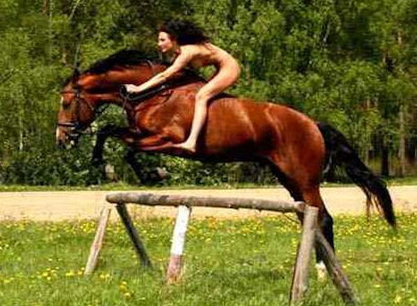 全裸で乗馬してるホースライディングヌードのエロ画像