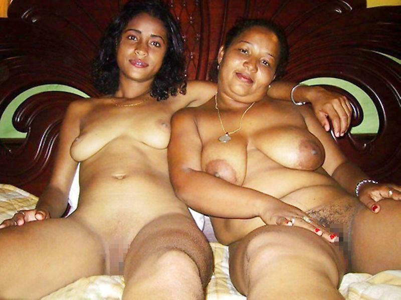 母と娘がヌードで写る親子で全裸のエロ画像
