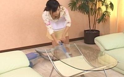 掃除中に胸チラ!雑巾がけ・掃除機がけ・風呂掃除のエロ画像 ②