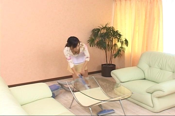 掃除 胸チラ 掃除機がけ エロ画像【9】