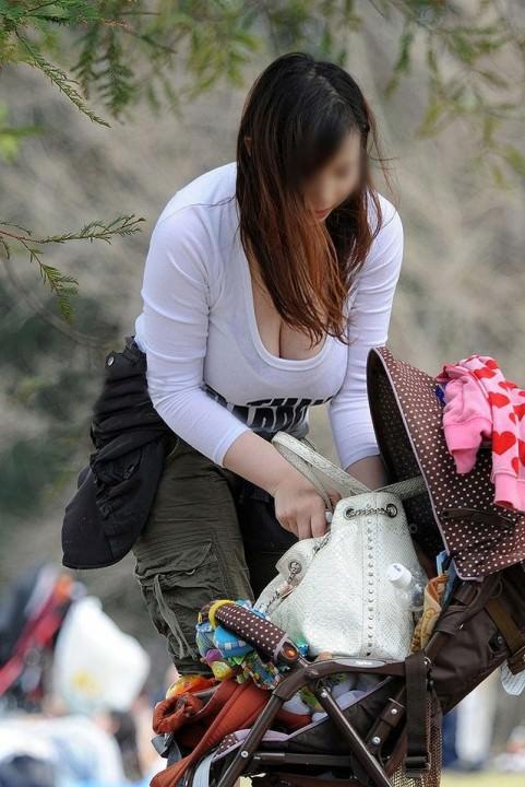 巨乳 ママ 前屈み 胸チラ 子連れ おっぱい エロ画像【2】