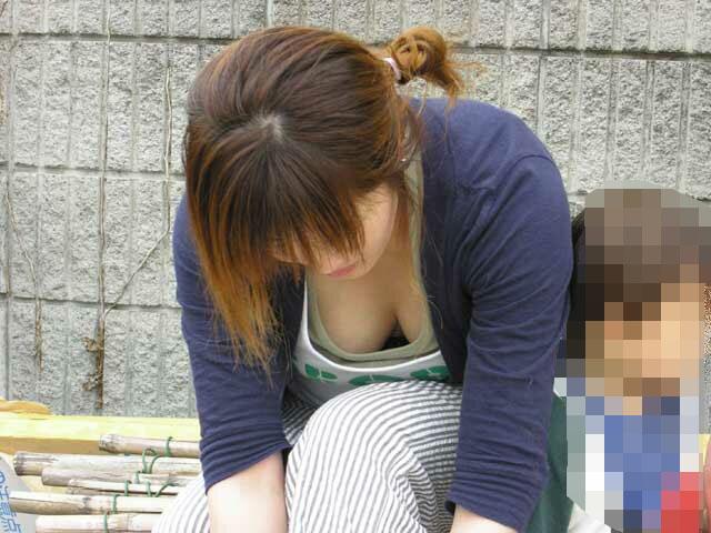 巨乳 ママ 前屈み 胸チラ 子連れ おっぱい エロ画像【6】
