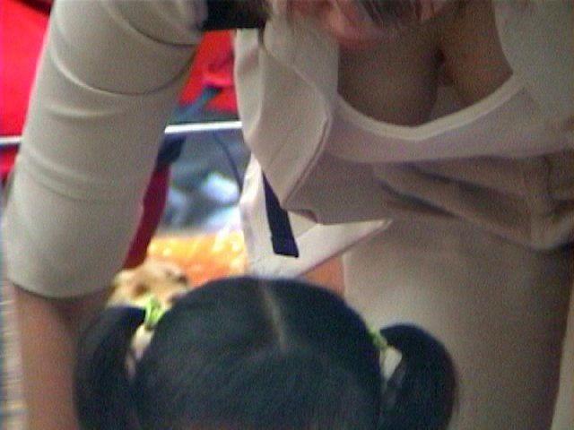 巨乳 ママ 前屈み 胸チラ 子連れ おっぱい エロ画像【9】