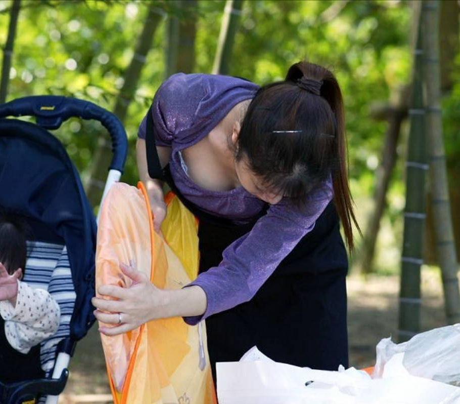 巨乳 ママ 前屈み 胸チラ 子連れ おっぱい エロ画像【17】