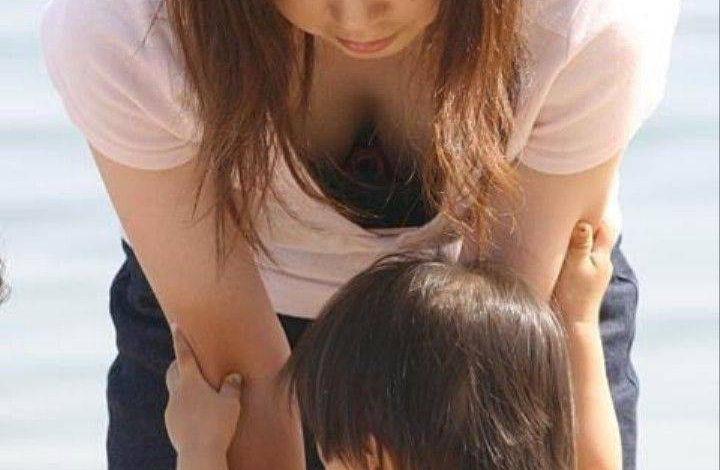 巨乳 ママ 前屈み 胸チラ 子連れ おっぱい エロ画像【18】