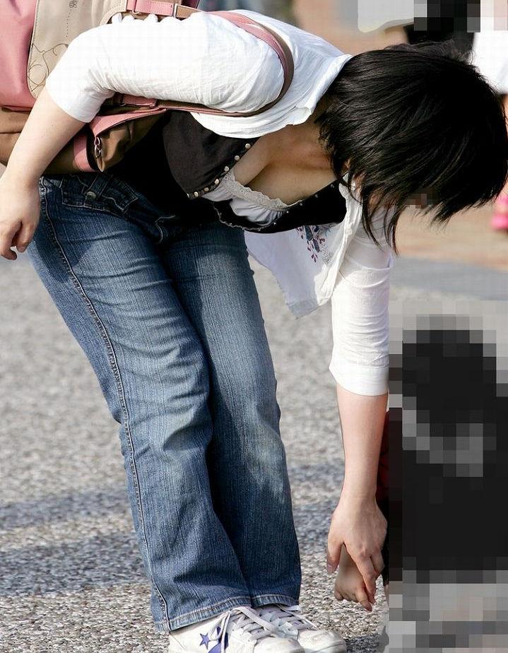 巨乳 ママ 前屈み 胸チラ 子連れ おっぱい エロ画像【25】