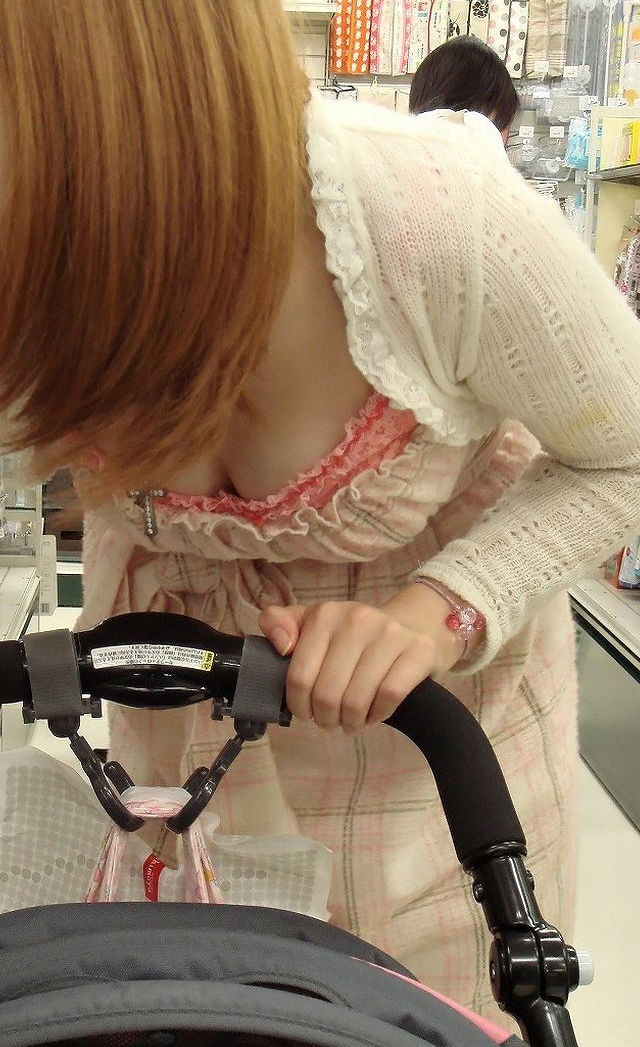 巨乳 ママ 前屈み 胸チラ 子連れ おっぱい エロ画像【27】