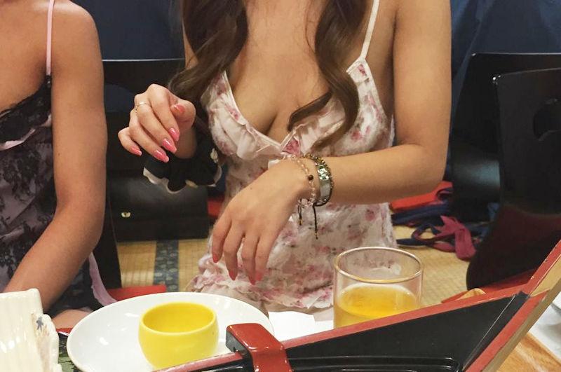 ピンクコンパニオン 胸チラ 温泉 宴会 エロ画像【31】