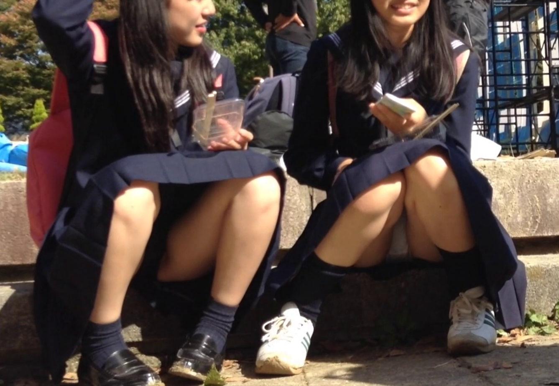 女子高生のパンチラは黒髪JKに限るエロ画像