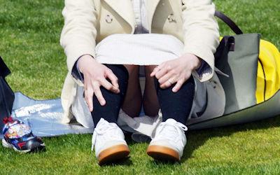 子連れママのパンチラが多発する公園人妻エロ画像 ①