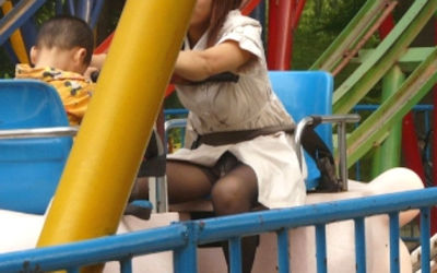 子連れママのパンチラが多発する公園人妻エロ画像 ③