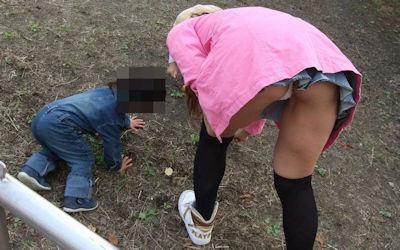 子連れママのパンチラが多発する公園人妻エロ画像 ④