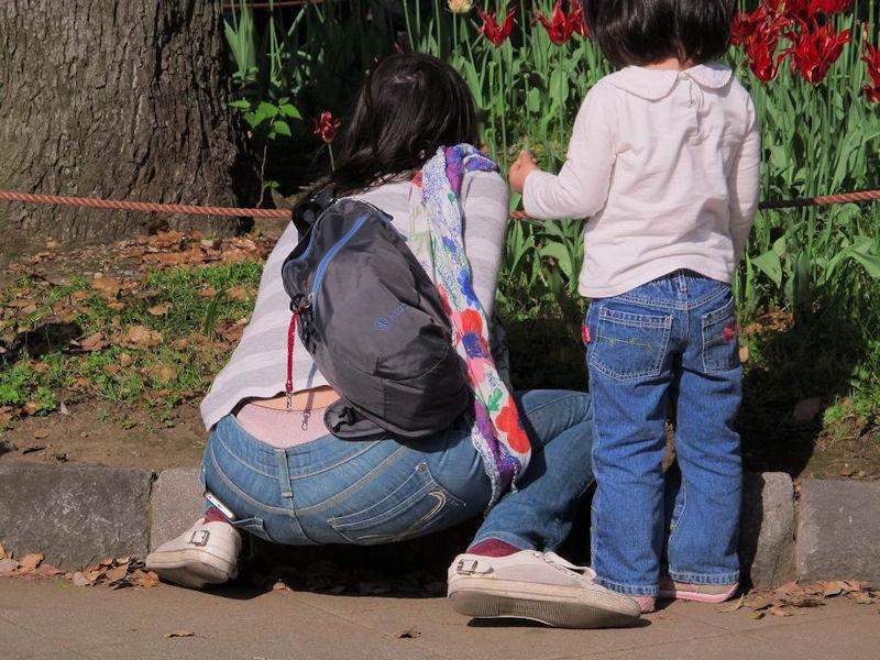 子連れ ママ パンチラ 公園 人妻 エロ画像【4】