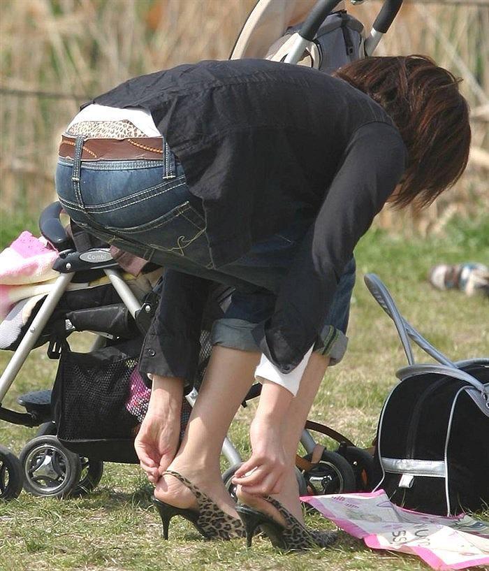 子連れ ママ パンチラ 公園 人妻 エロ画像【8】