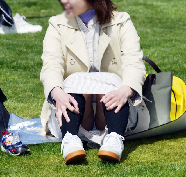 子連れ ママ パンチラ 公園 人妻 エロ画像【13】