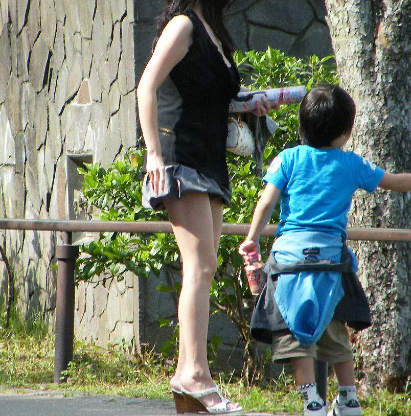 子連れ ママ パンチラ 公園 人妻 エロ画像【14】