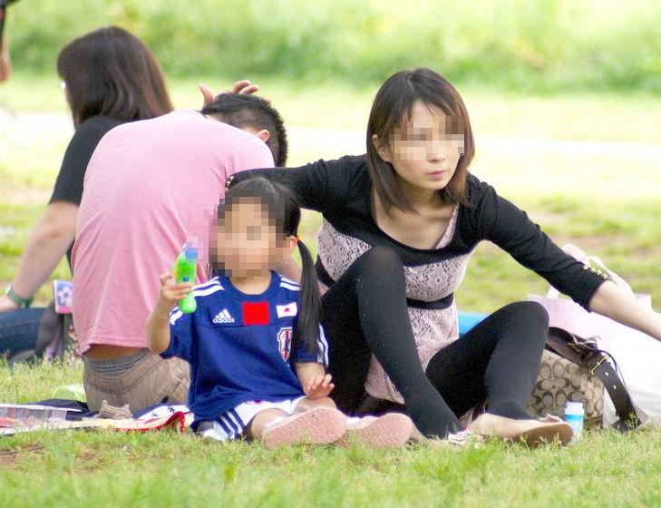 子連れ ママ パンチラ 公園 人妻 エロ画像【21】