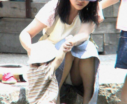 子連れ ママ パンチラ 公園 人妻 エロ画像【32】