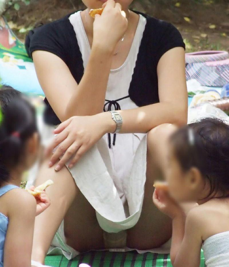 子連れ ママ パンチラ 公園 人妻 エロ画像【50】