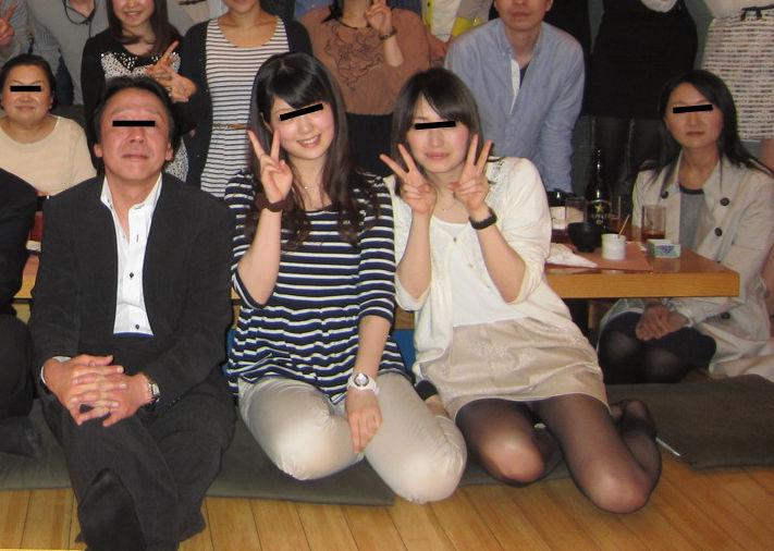 集合写真 記念写真 一人だけ パンツ パンチラ エロ画像【2】