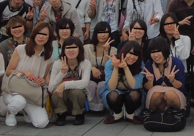 集合写真 記念写真 一人だけ パンツ パンチラ エロ画像【11】