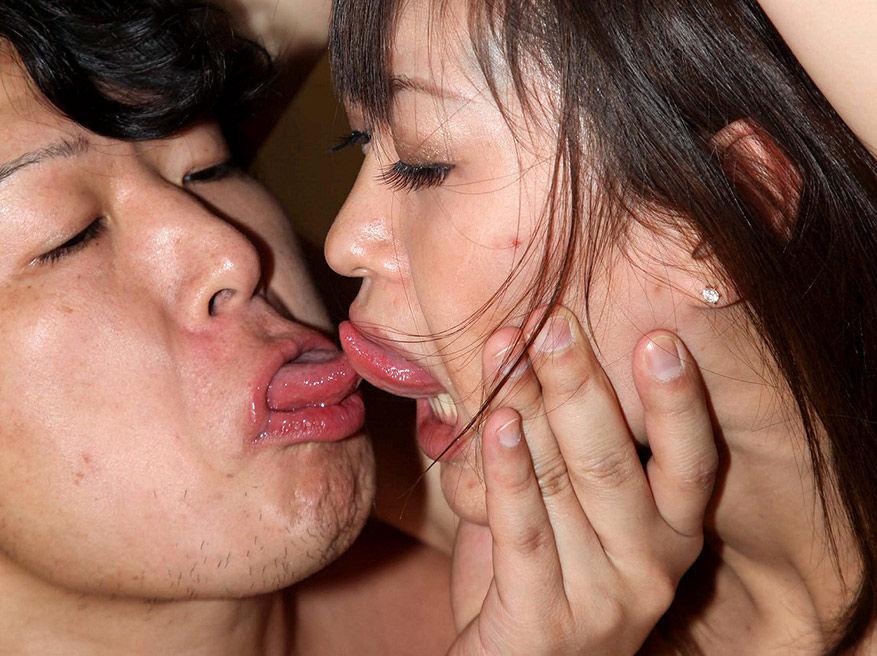 強引なキス!女の唇を無理矢理奪うエロ画像