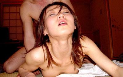 エビ反りバック!激しい後背位セックス画像 ①